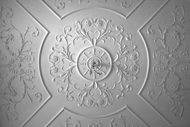 Tranh phù điêu thạch cao thường thấy ở trang trí trần nhà
