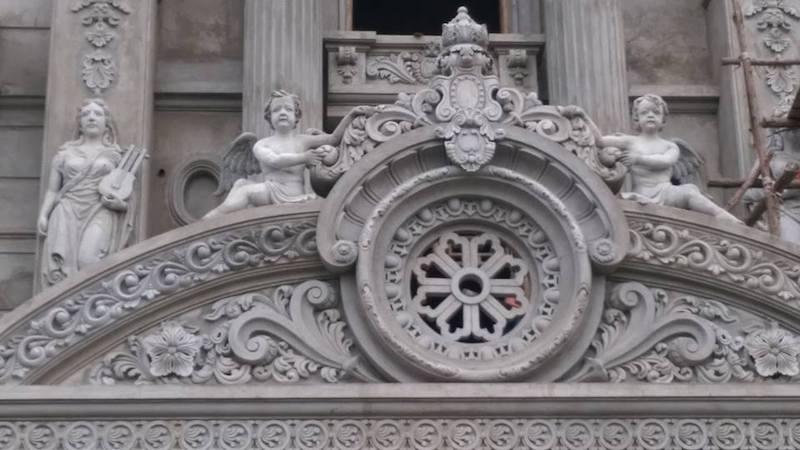 Tranh phù điêu xi măng thường được trang trí ở các công trình kiến trúc ngoài trời