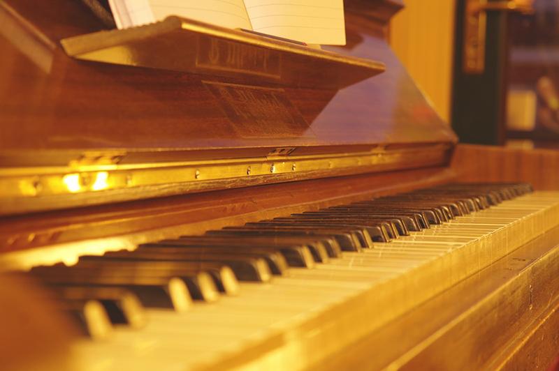 Một chiếc piano đặt giữa phòng khách cũng đem lại vẻ đẹp cổ điển bất ngờ
