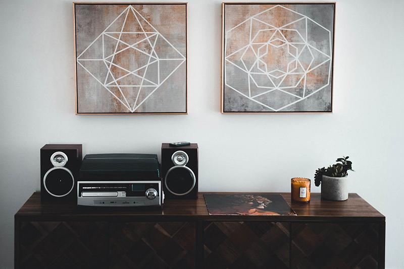 Tranh minimalism cực kỳ thích hợp với những không gian có màu pastel - Nguồn: pexels.com