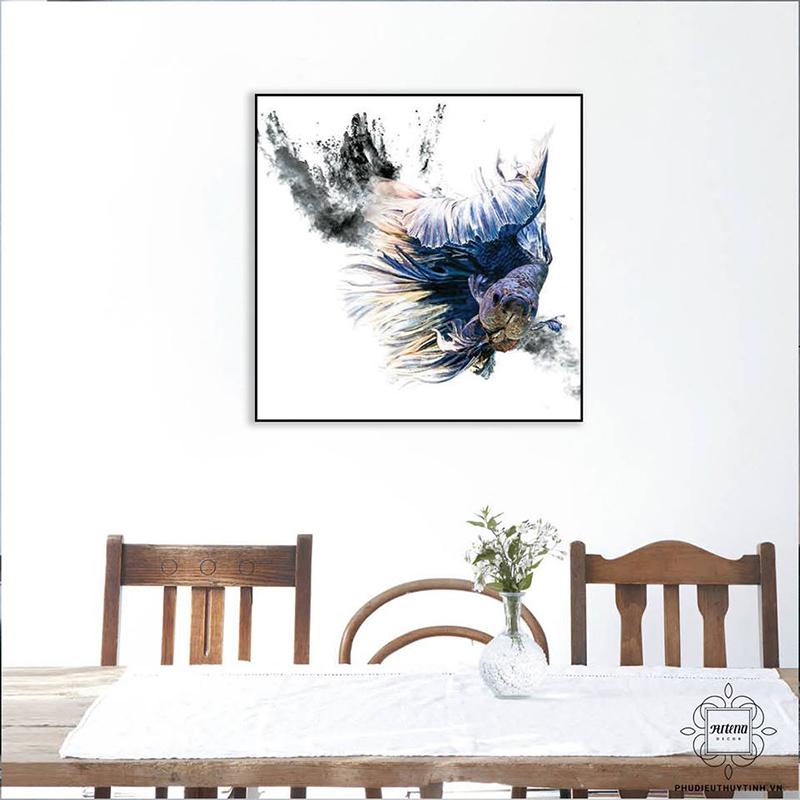 Tranh nhiều họa tiết nổi bật giúp tường màu sáng bớt chói mắt hơn