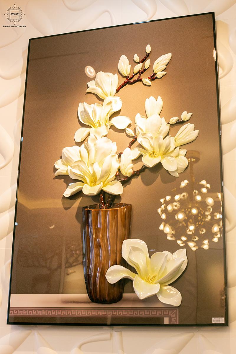 Tranh phong thủy với hình ảnh hoa mai trắng được dùng cho những sảnh lễ tân đón khách mang đến cảm giác thoải mái cho khách đến làm việc
