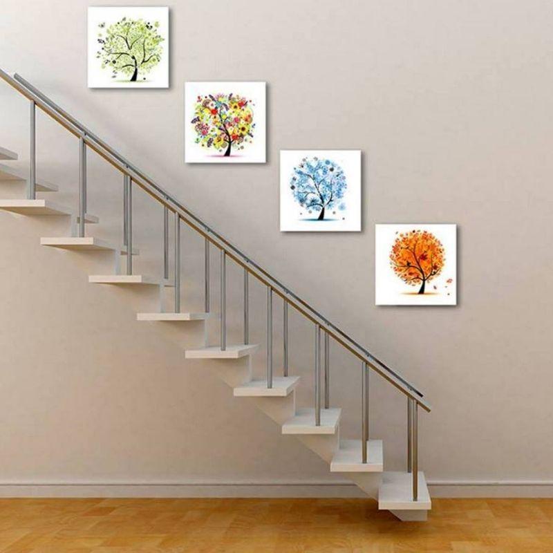 Khu vực cầu thang cũng cần được trang trí bằng tranh treo tường để tạo điểm nhấn