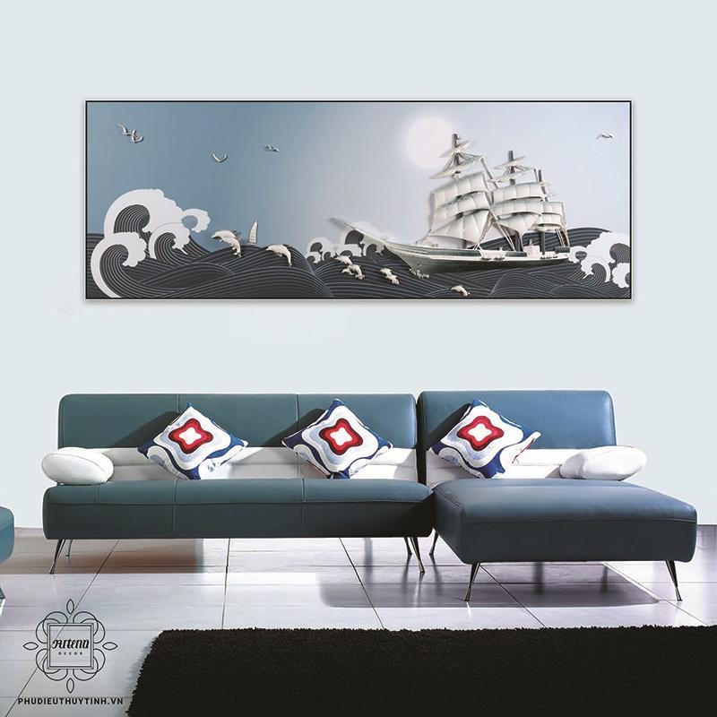 Bức tranh có màu xanh của biển cả, kết hợp với hình ảnh những đợt sóng tung bọt trắng xóa, làm khơi gợi cho người xem cảm giác mạnh mẽ, phóng khoáng