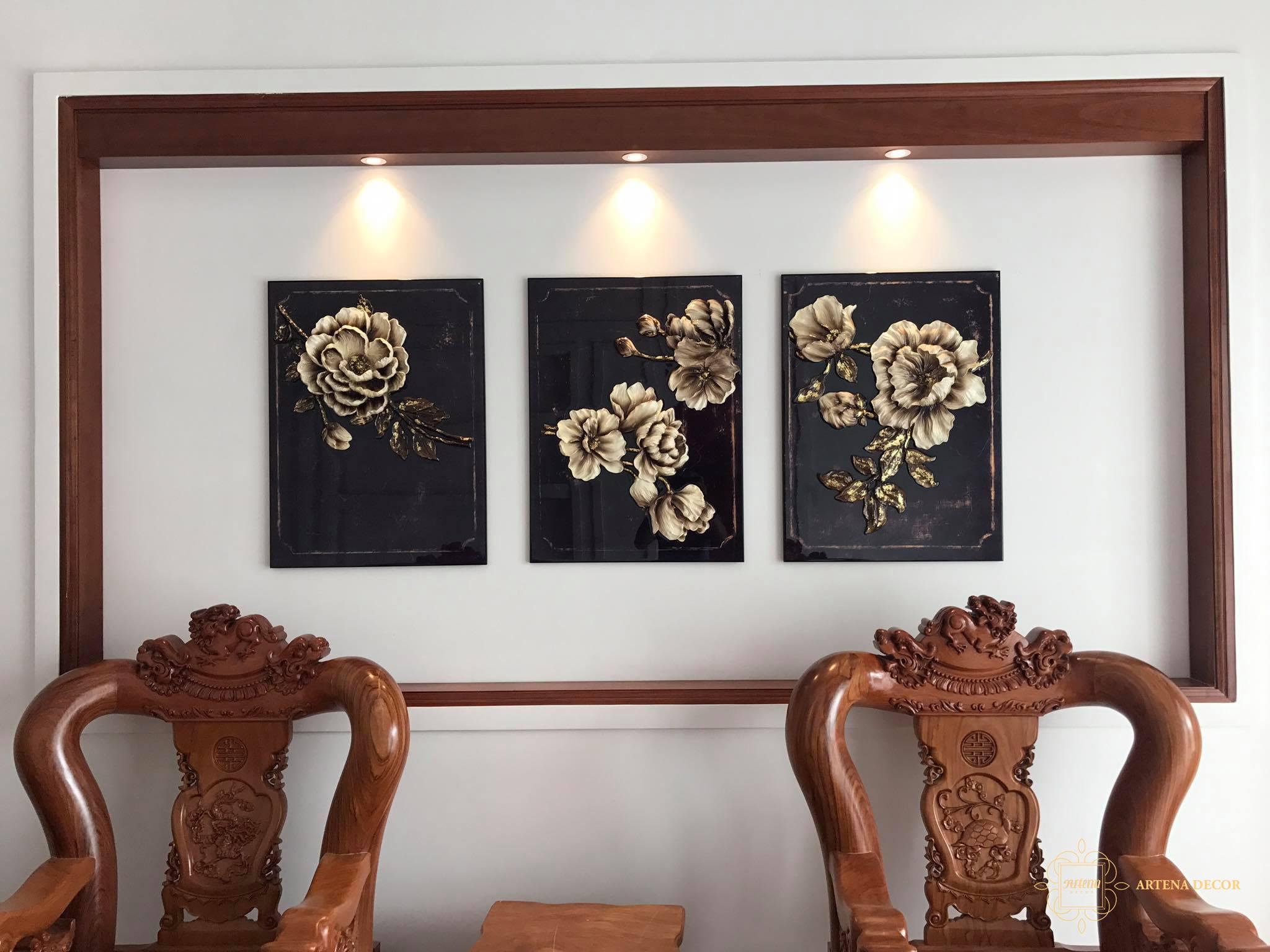 Những bức tranh hiện đại sẽ rất phù hợp với đèn treo có thiết kế độc đáo với ánh sáng trắng